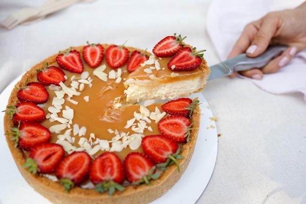 Gâteau aux fraises sur fond blanc