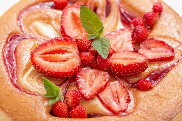 Gâteau aux fraises sur fond de bois