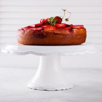 Gâteau aux fraises fraîches. biscuit.