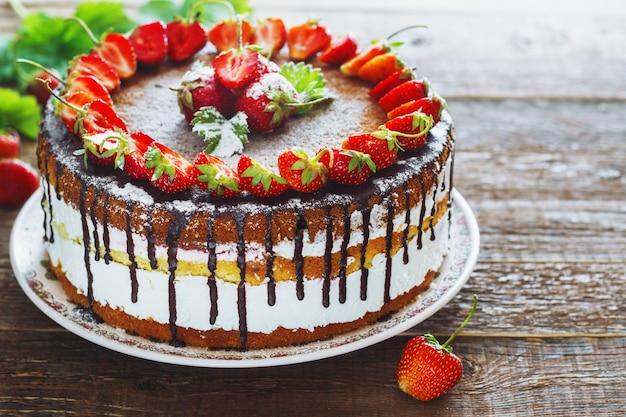 Gâteau aux fraises sur une table en bois.