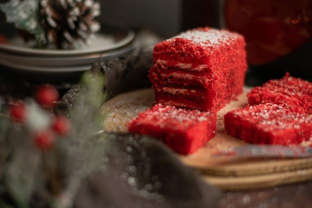 Gâteau aux fraises et thé aux fruits rouges, avec décorations hivernales