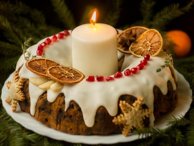 Gâteau aux fruits anglais de noël avec fruits secs et noix. cuisine anglaise festive.