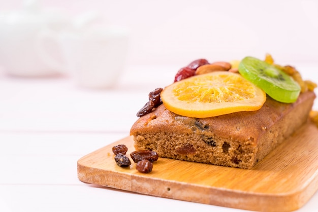 Gâteau aux fruits sur bois