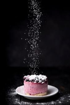 Gâteau aux fruits avec du sucre en poudre