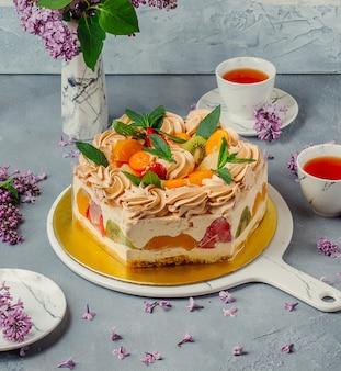 Gâteau aux fruits avec du thé noir sur la table