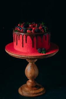 Gâteau aux fruits d'été en velours rouge.