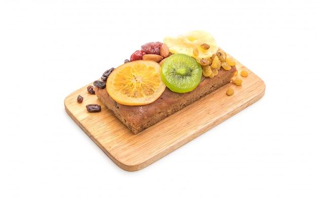 Gâteau aux fruits sur fond blanc