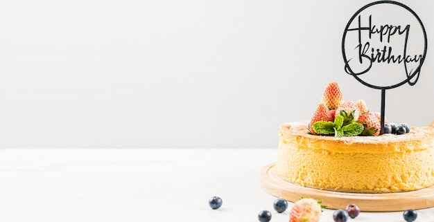 Gâteau aux fruits frais avec du chocolat joyeux anniversaire sur le gâteau