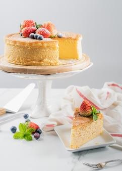 Gâteau aux fruits avec fraise., concept alimentaire. gâteau au fromage japonais avec fraise et myrtille.