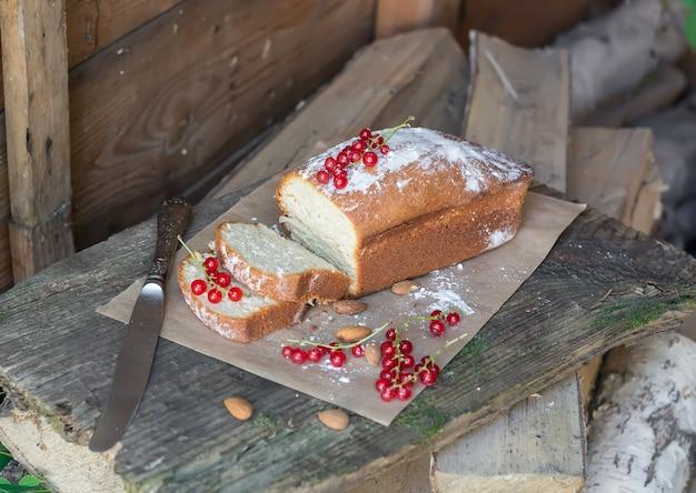 Gâteau aux fruits avec groseille et amande dans le jardin