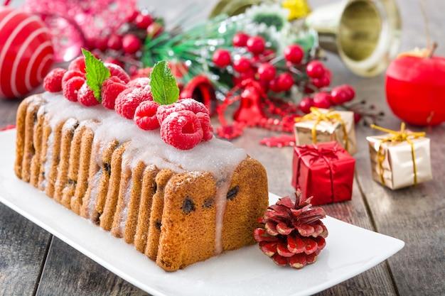 Gâteau aux fruits de noël sur bois