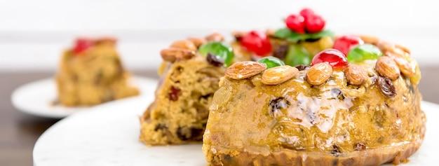 Gâteau aux fruits de noël coloré aux amandes