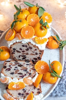Gâteau aux fruits de noël décoré d'une clémentine