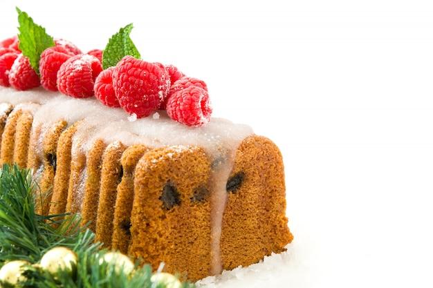 Gâteau aux fruits de noël isolé sur blanc copie espace