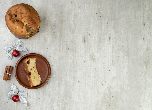 Gâteau aux fruits de noël italien traditionnel avec tranche