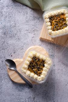 Gâteau aux fruits de la passion dans le pot pour la livraison. vue de dessus. espace de copie.