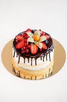 Gâteau aux fruits rouges sur fond blanc