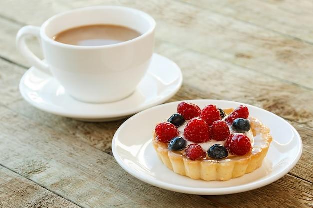 Gâteau aux fruits rouges et tasse de café