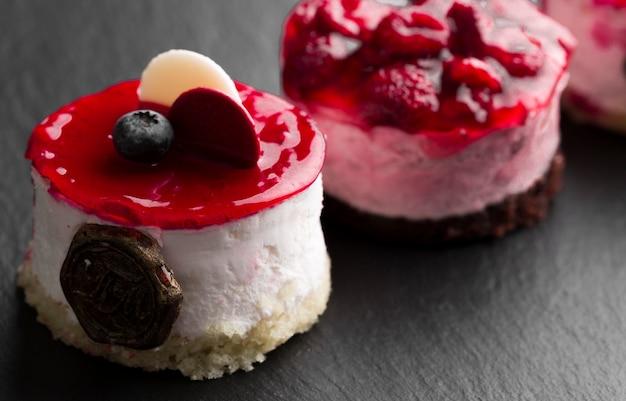 Gâteau aux fruits savoureux à angle élevé
