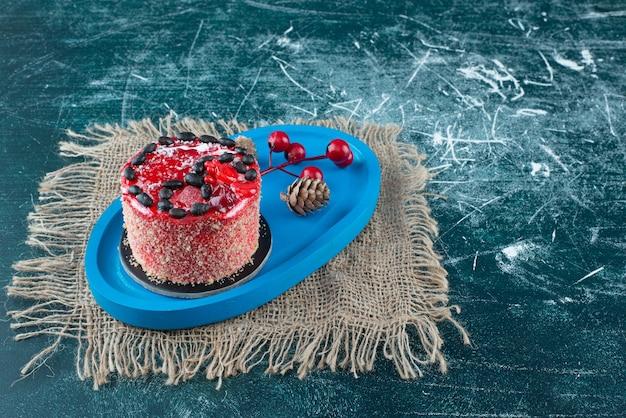 Gâteau aux fruits savoureux avec des pommes de pin de noël sur un sac. photo de haute qualité