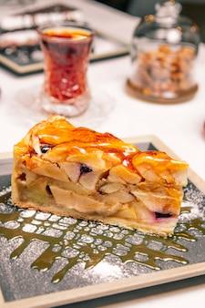 Gâteau aux fruits servi avec du thé