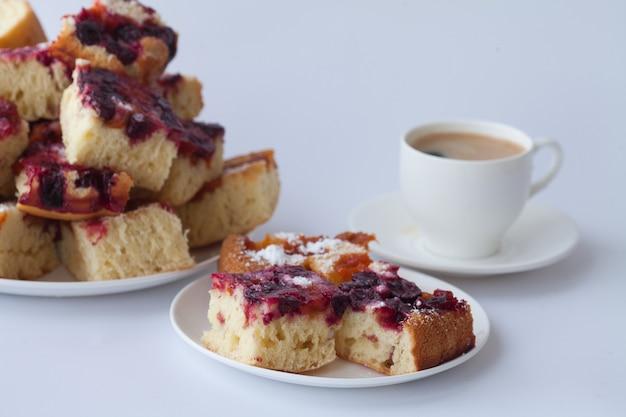 Gâteau aux fruits avec une tasse de café. gâteau fait maison au petit déjeuner.