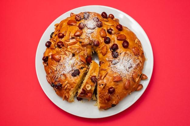 Gâteau aux fruits typiquement portugais bolo rainha sur plat blanc