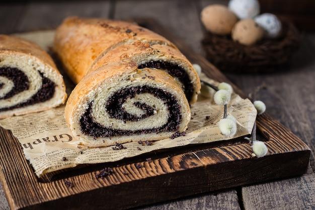 Gâteau aux graines de pavot sur la table de pâques en bois.