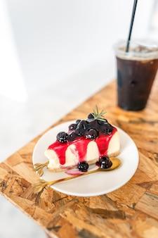 Gâteau aux myrtilles sur une assiette dans un café, bonbons dans un café