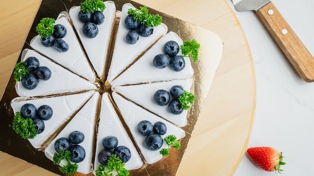 Gâteau aux myrtilles fait maison avec crème fouettée