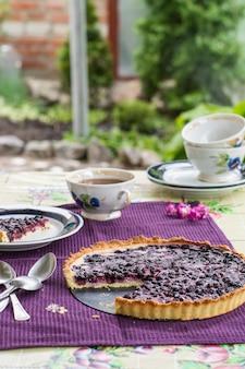 Gâteau aux myrtilles. tarte aux myrtilles avec du fromage à la crème. petit-déjeuner en plein air. tasse de thé avec des baies