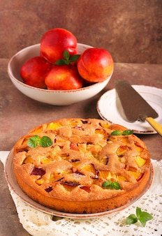 Gâteau aux nectarines frais et moelleux, sur table en pierre