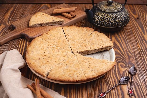 Gâteau aux noix noix cannelle pot de thé vue latérale