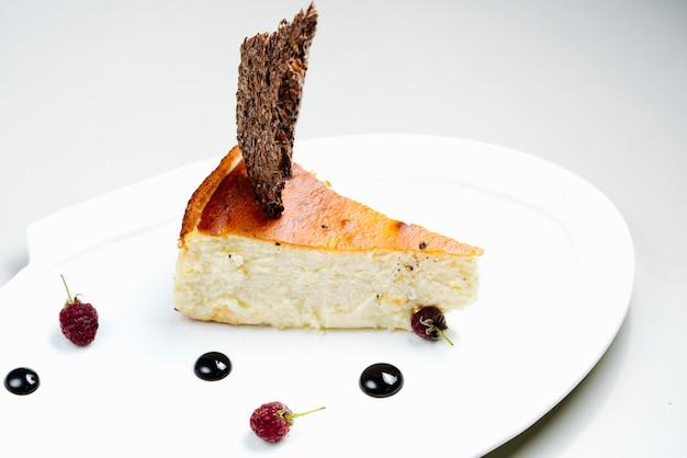 Gâteau aux petits fruits et sirop de chocolat
