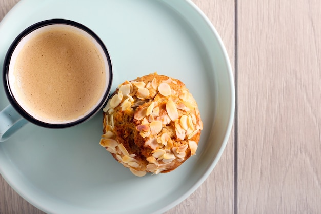 Gâteau aux poires et aux amandes et tasse de café