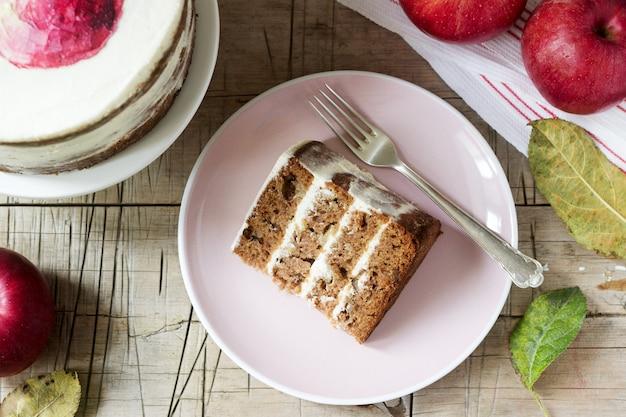 Gâteau aux pommes à la crème, décoré avec des pommes peintes