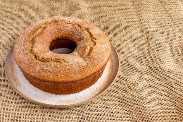 Gâteau aux pommes saupoudré de sucre et de cannelle