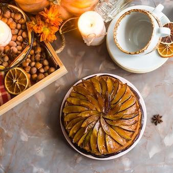 Gâteau aux prunes décoré avec des prunes tranchées