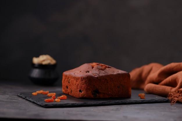 Gâteau aux prunes fait maison délicieux gâteau de noël à l'aide de raisins secs, noix de cajou et fruits secs