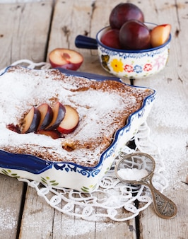 Gâteau aux prunes en forme avec du sucre en poudre