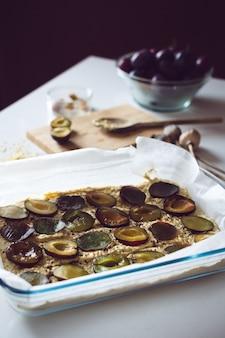 Gâteau aux prunes prêt pour le four