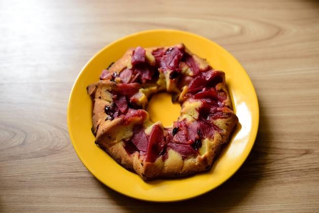 Gâteau aux prunes sur la table