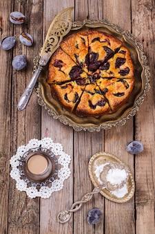 Gâteau aux prunes et une tasse de café