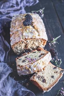 Gâteau aux raisins. fermer. vue de dessus. photo tonique