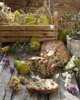 Gâteau aux raisins secs et poires sur table en bois de style rustique