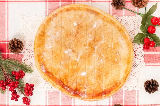 Gâteau aux trois rois à la française typique servi pendant la saison de noël.