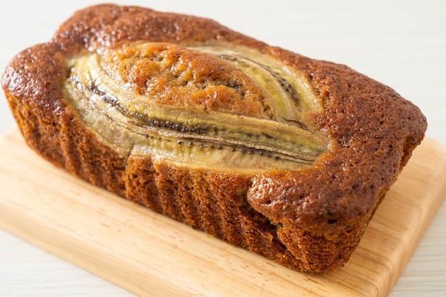 Gâteau à la banane fait maison sur planche de bois
