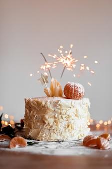 Gâteau avec bâton mousseux allumé