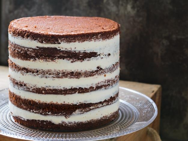 Gâteau à la betterave rustique avec du fromage à la crème.