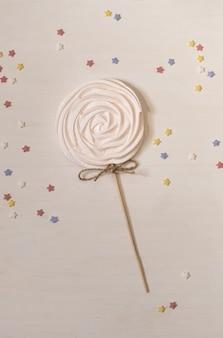 Gâteau blanc sur boîte de livraison de papier blanc sur le fond de champagne set sail.